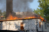 Dom w ogniu — Zdjęcie stockowe
