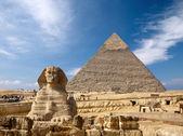 Sphinx och den stora pyramiden i egypten — Stockfoto