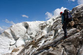 Extreme traveler in Caucasus mountain — Stockfoto