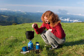 Hiker girl making a coffee — Stockfoto