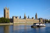 Boot over de thames rivier in de buurt van de big ben — Stockfoto