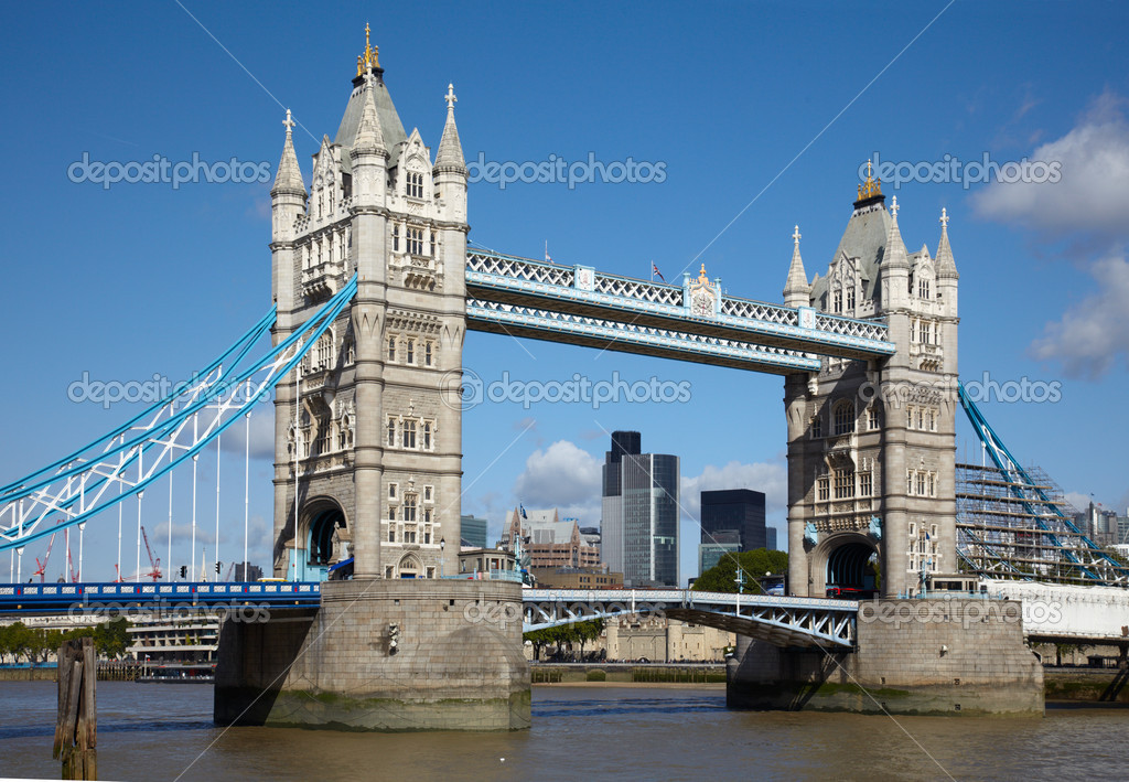 Tower bridge over Thames river in London — Foto Stock #2209232