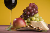 Red wine with grape, apple and cheese — Stock Photo
