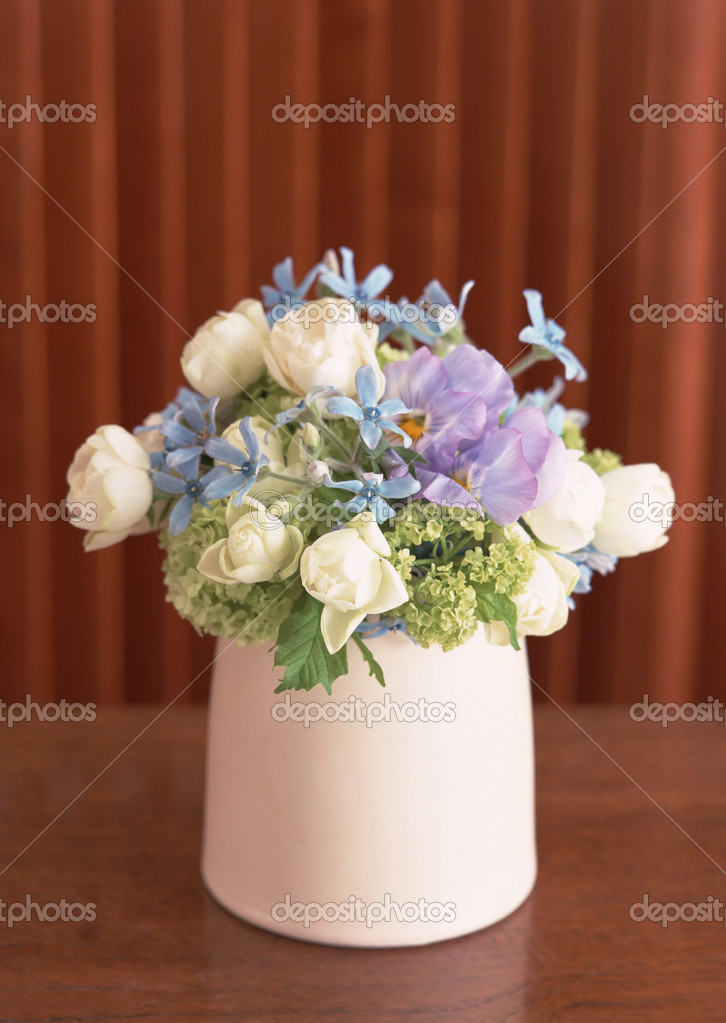 Маленькая ваза с цветами