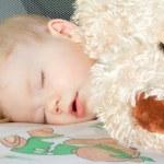 portret dziecka podczas snu z zabawką — Zdjęcie stockowe