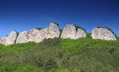 скалы под голубым небом — Стоковое фото