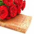 Red roses and gift - Foto Stock