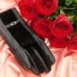 Red roses and gloves — Stock Photo