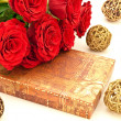 Red roses and gift - Lizenzfreies Foto