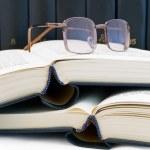 böcker och glasögon — Stockfoto