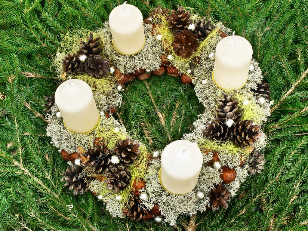 Christmas handmade garland with candles and natural decorations at gren fir — Stock Photo #1498589