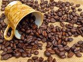 Puchar i rozlane kawy — Zdjęcie stockowe