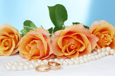 Necklace, roses and wedding rings — Stock Photo