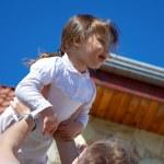 Vater warf seine Tochter — Stockfoto