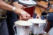 Músicos tocam os instrumentos na rua — Fotografia Stock