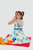 Dívka sedící na koberečku s lego — Stockfoto