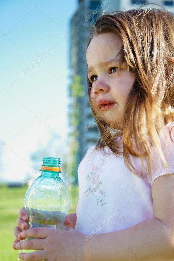 фото девушки играющие с бутылкой