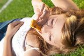 Hermosa chica es mordida por barras de cereal — Foto de Stock