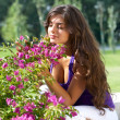 Beautiful woman in the park — Stock Photo