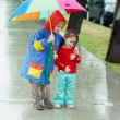 Girl and boy in the rain - Stockfoto