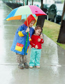 Girl and boy in the rain — Stock Photo