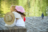 Boy and girl sitting in park — Foto Stock