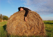Man lies on the haystack — Stockfoto
