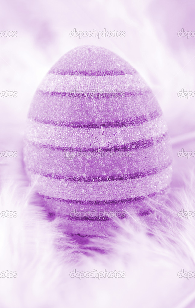 Violet easter agg on white feather — Stock Photo #1518986