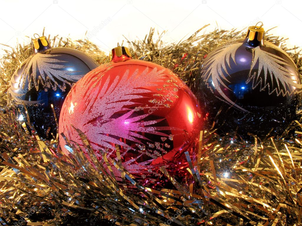 Decorating: three spheres (red and blue) for a christmas tree in a gold tinsel. It is isolated on a white background. — Stok fotoğraf #2001734