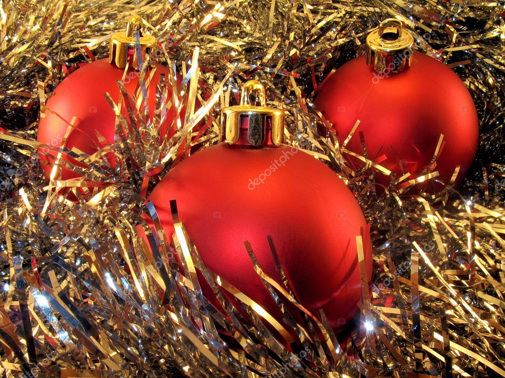 Decorating: three red spheres for a christmas tree in a gold tinsel. — Stock Photo #2001746
