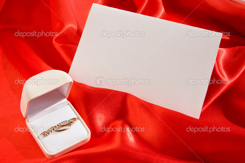 Gold brooch in jewel box and empty card on red satin — Stock Photo #1569511