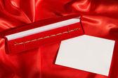 Rote Jewerly Box mit Goldarmband — Stockfoto