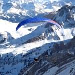 parapente au-dessus des Alpes — Photo