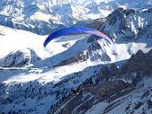 Paraglider över alperna — Stockfoto