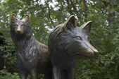 Sculpture of wolves — Stock Photo