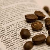 кофейные зерна на книге — Стоковое фото
