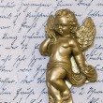 soška anděl na starý dopis — Stock fotografie