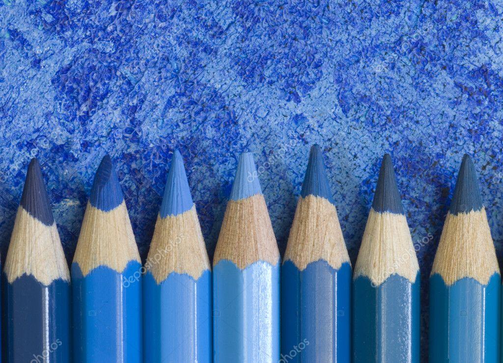 在不同的蓝色色调铅笔蜡笔