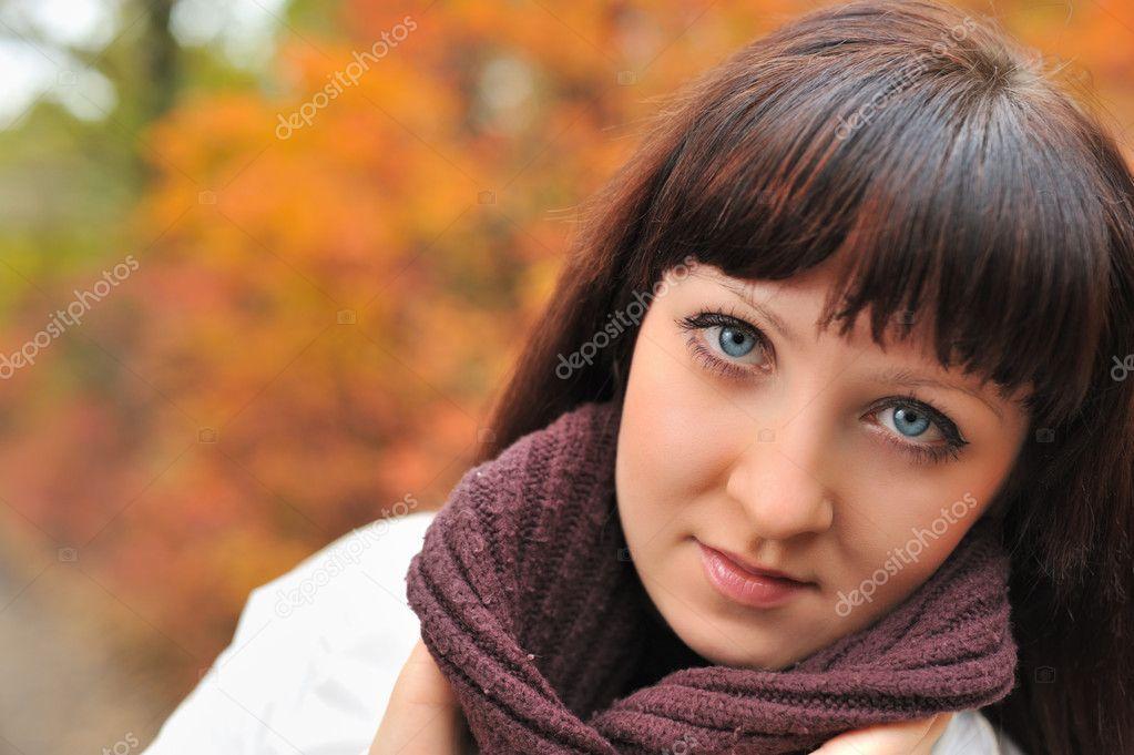Фотообои Девушка в осеннем лесу