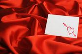Opmerking op rode zijde. hart getekend door lippenstift — Stockfoto