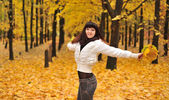 Sonbahar ormanda kız — Stok fotoğraf