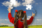 The girl assemble big puzzle — Stockfoto