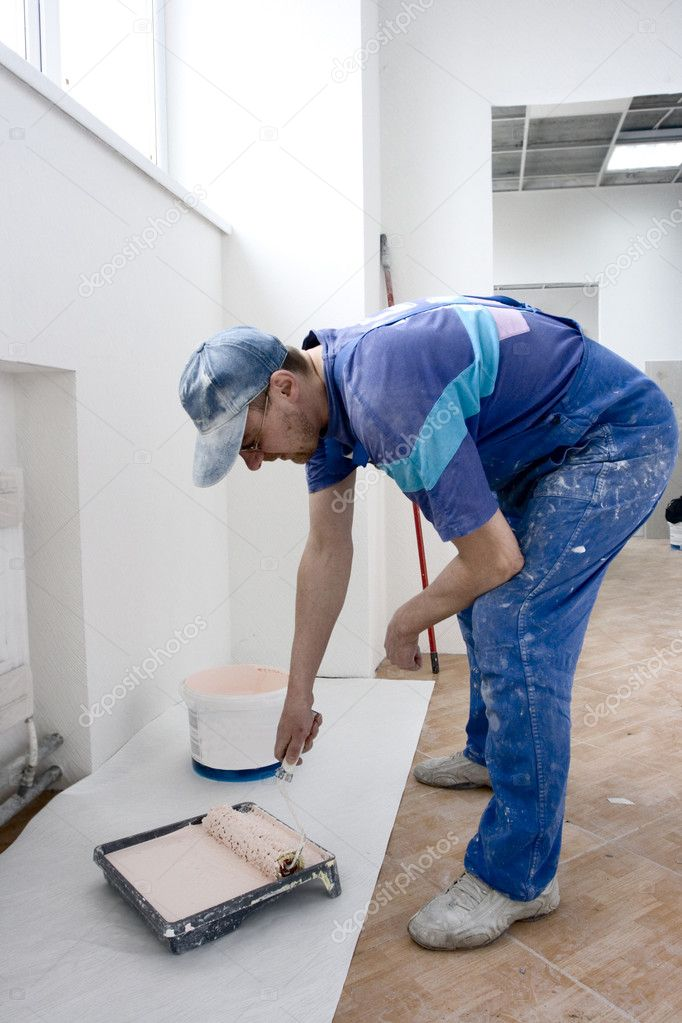House painter takes on platen paint for wallpaper  Lizenzfreies Foto #1522127