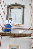 Plasterer inflicts mortar on architectural element — Стоковое фото