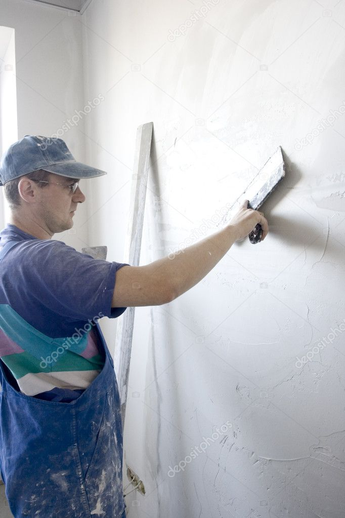 Plasterer inflicts layer of the puttying on wall — Stock Photo #1558686
