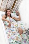 Gelukkige vrouw in een badkuip vol geld — Stockfoto