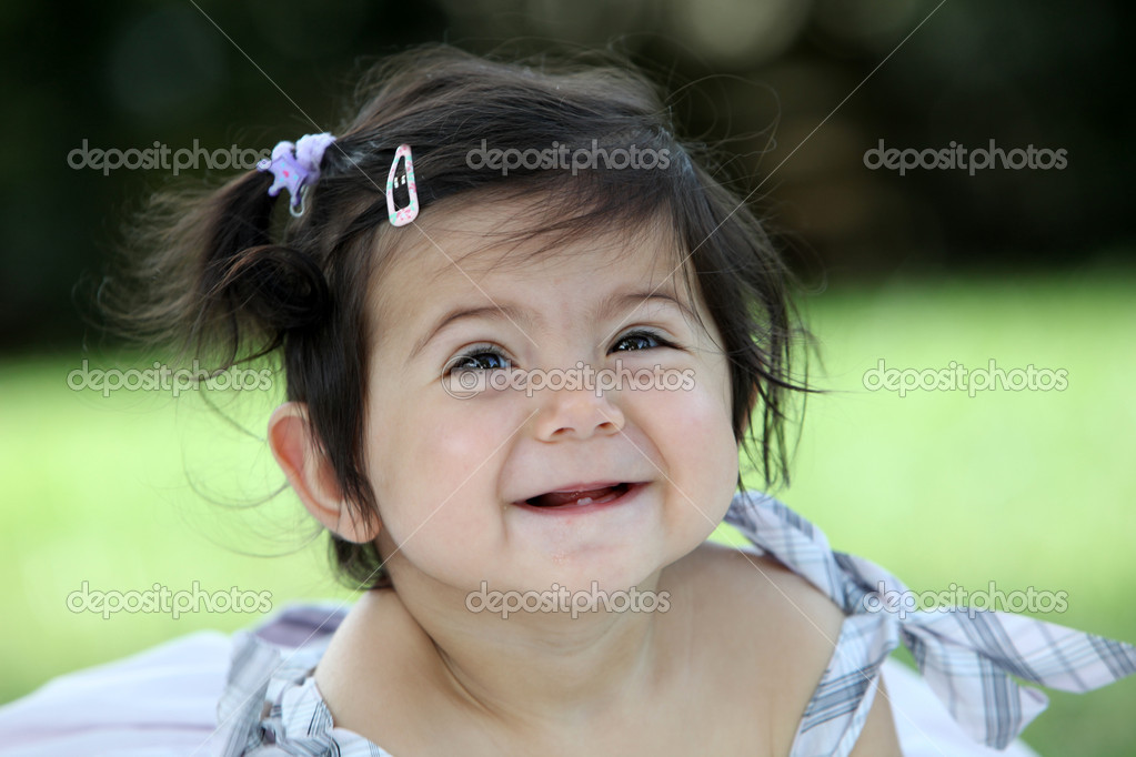 Funny little child with black haar is laughing — Stock Photo #1574965