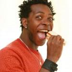 en lycklig man äter ett bröd — Stockfoto