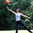 Woman playing with a ball — Lizenzfreies Foto