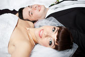 Smiling bride lying with blurred groom face — Foto de Stock